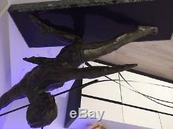 Athlète à la lance. Sujet d'inspiration Art Déco en bronze, signé DECOUX