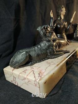 Groupe art déco sur marbre régule Elégante avec ses chiens. Sculpture