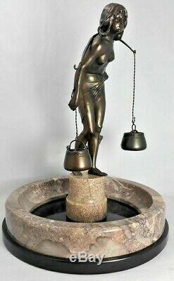 Porteuse d'eau nue Sculpture Art Nouveau sur vasque en marbre