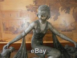 Sculpture en régule la femme aux coqs signé G Arisse, art déco